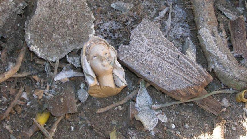 Die zerstörte Muttergottesstatue, die sich in der Grotte befand