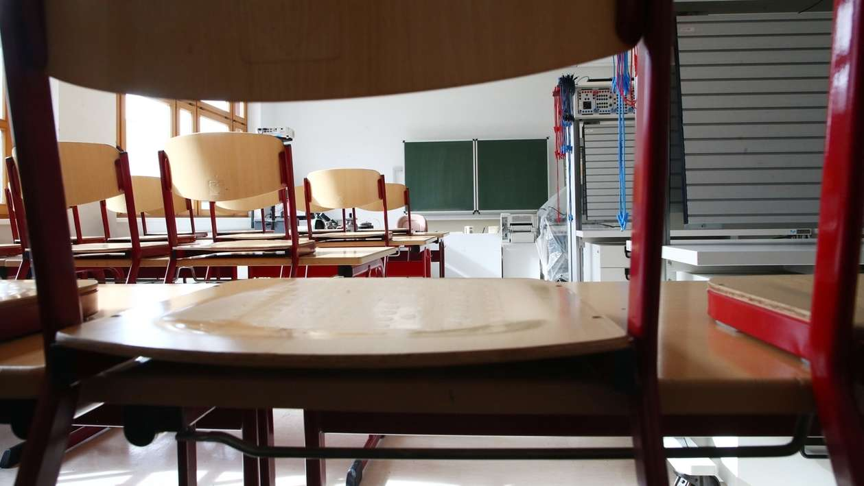 Symbolbild: Ein leeres Klassenzimmer