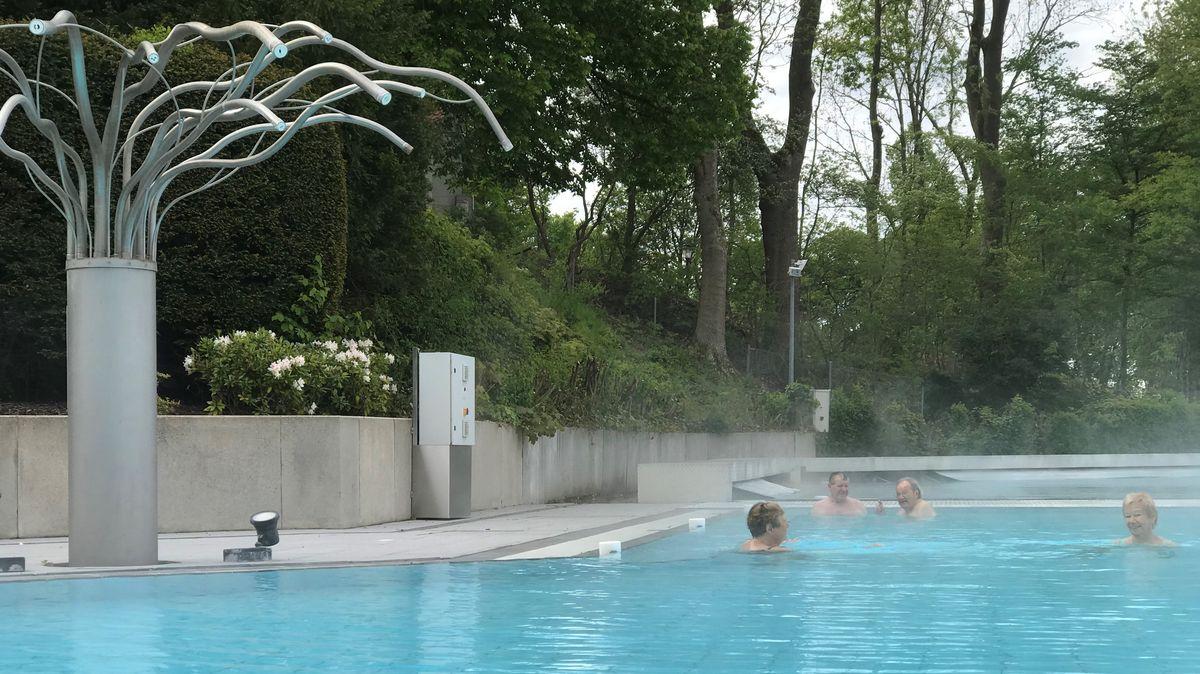 Die ersten Gäste entspannen sich im Außenbereich der Wohlfühltherme in Bad Griesbach
