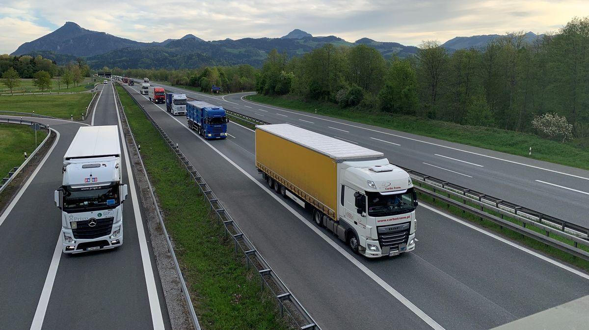 Lastwagen und Fahrzeuge auf der Autobahn A8 bei Rosenheim.