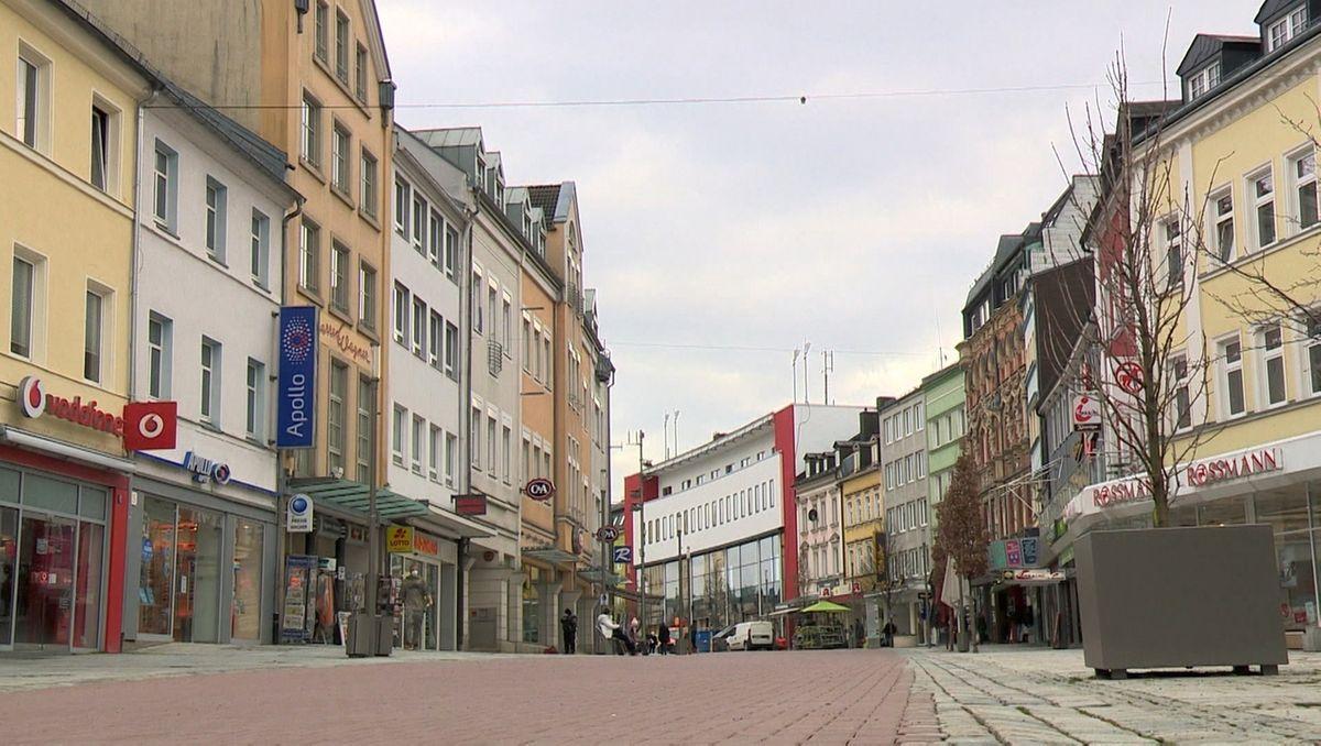 Blick in die Fußgängerzone von Hof mit Häusern auf beiden Seiten der Straße.