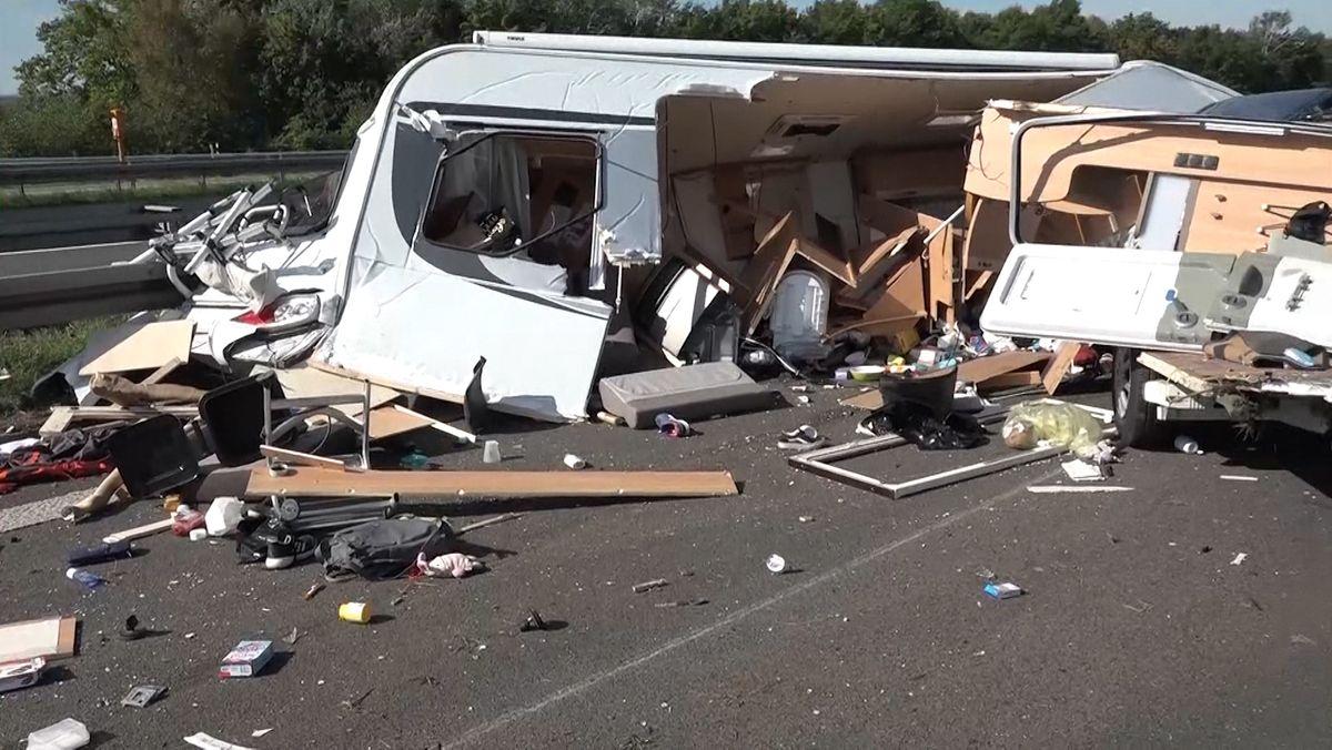 Bei einem Auffahrunfall auf der A3 nahe Mainaschaff ist am Freitag (21.08.20) ein Wohnwagen komplett zerstört worden.