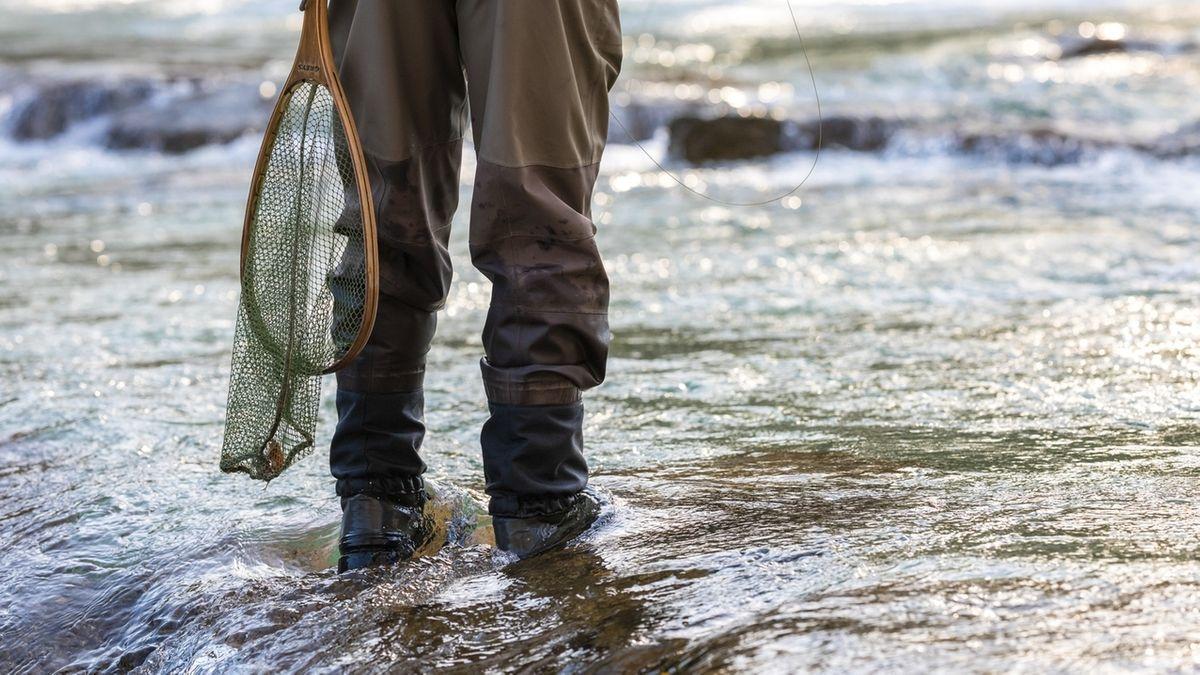 Gewässer mit Angler.