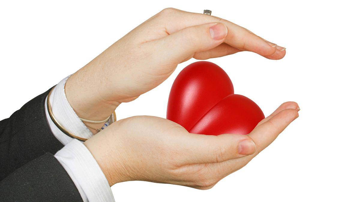 Zwei Hände schützen ein Herz