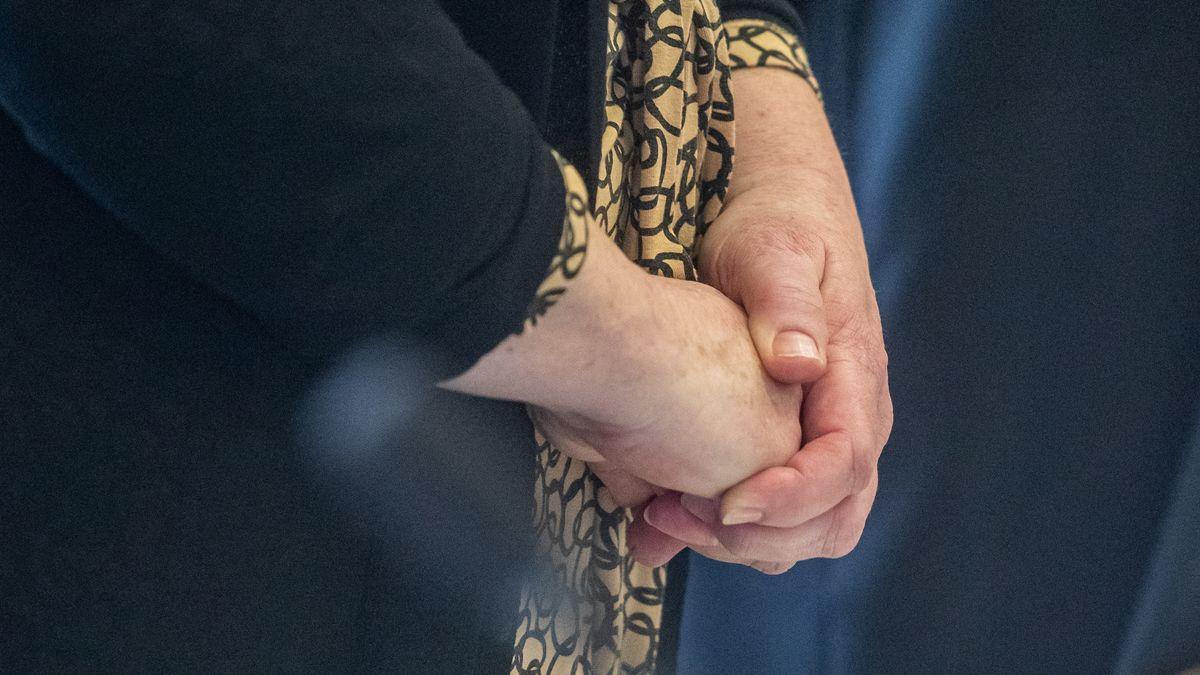 Die Angeklagte im Verhandlungssaal des Landgerichts. Die Zahnärztin muss sich nach dem gewaltsamen Tod ihres Ehemannes vor Gericht verantworten.