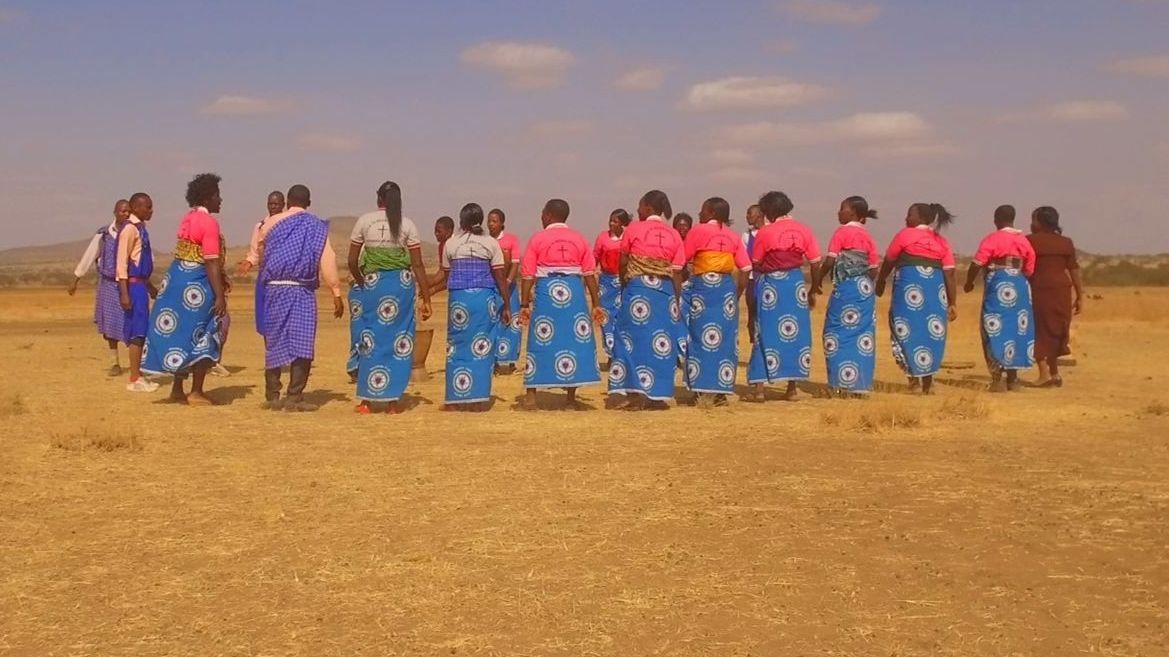 """Szene aus dem Film """"Sing It Loud"""": Ein Chor probt in der Wüste"""