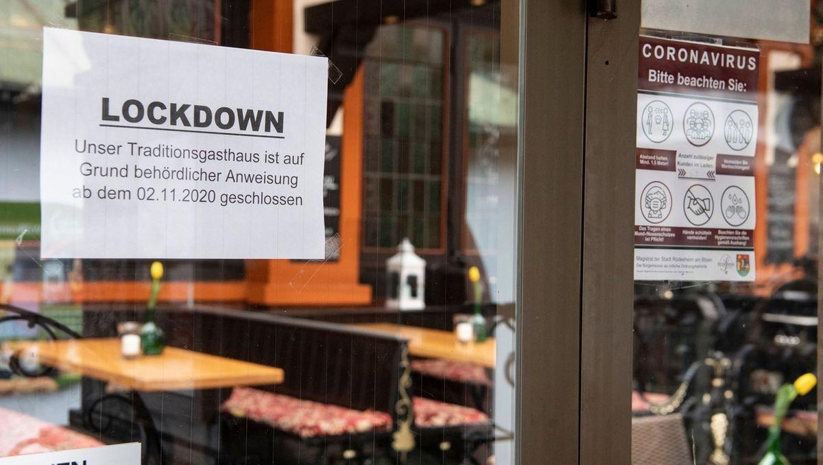 An der Scheibe steht ein Schild, wonach eine Gaststätte wegen des Lockdowns geschlossen ist.