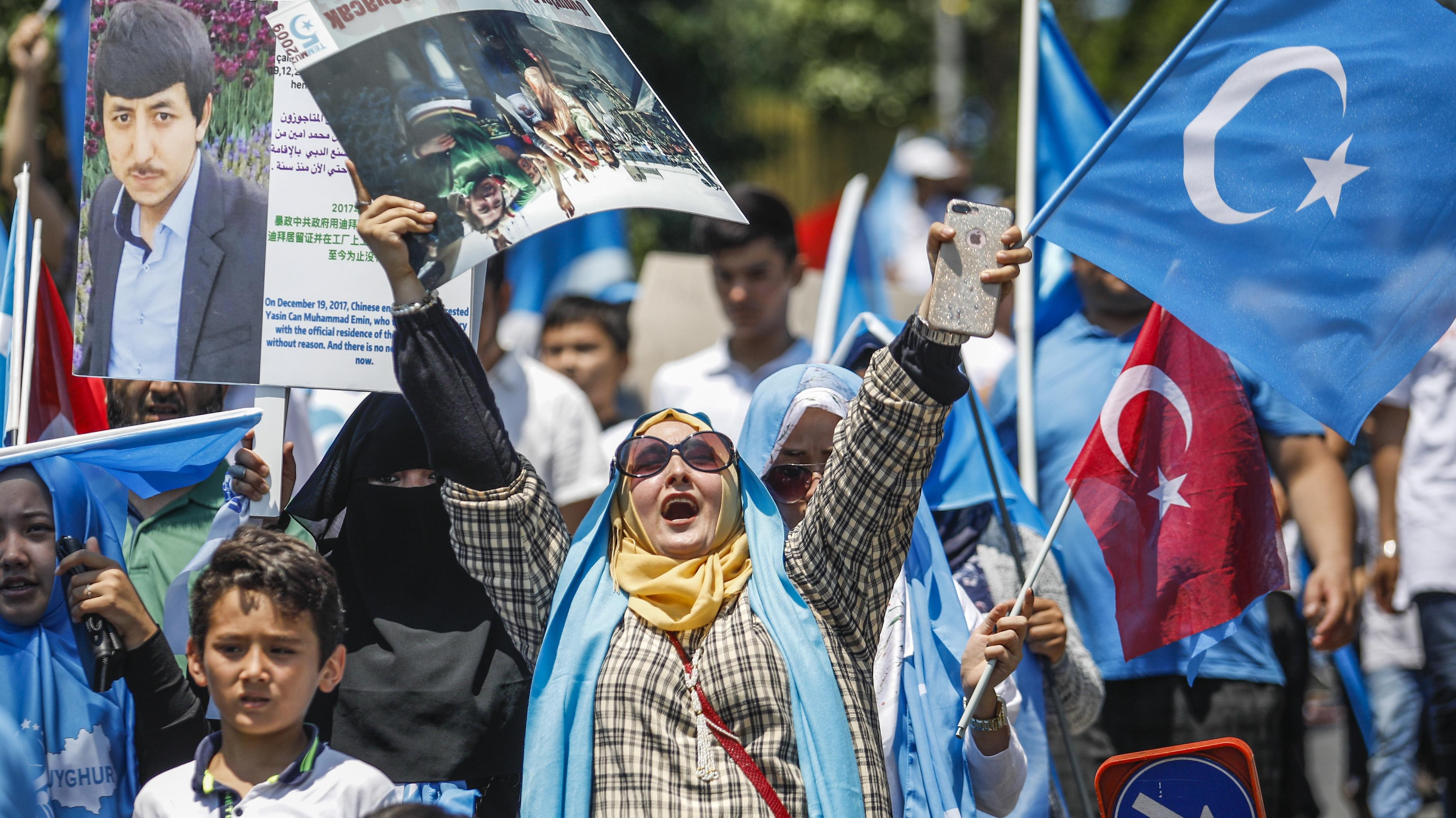 Unterstützer der Uiguren mit Flaggen
