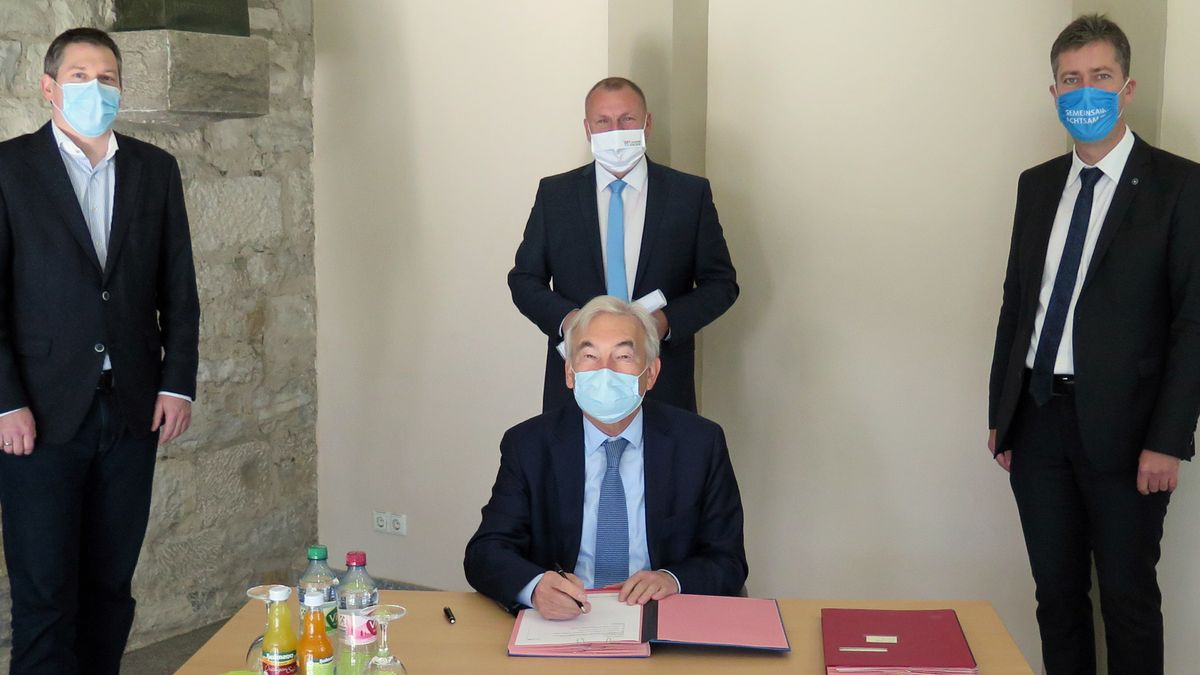 Mit ihren Unterschriften haben Georg Ertl, der ärztliche Direktor des Uniklinikums Würzburg, Oliver Kurzai von der Uni Würzburg, Landrat Thomas Ebert und Oberbürgermeister Christian Schurchardt die Einrichtung eines Bayerischen Testzentrums besiegelt.