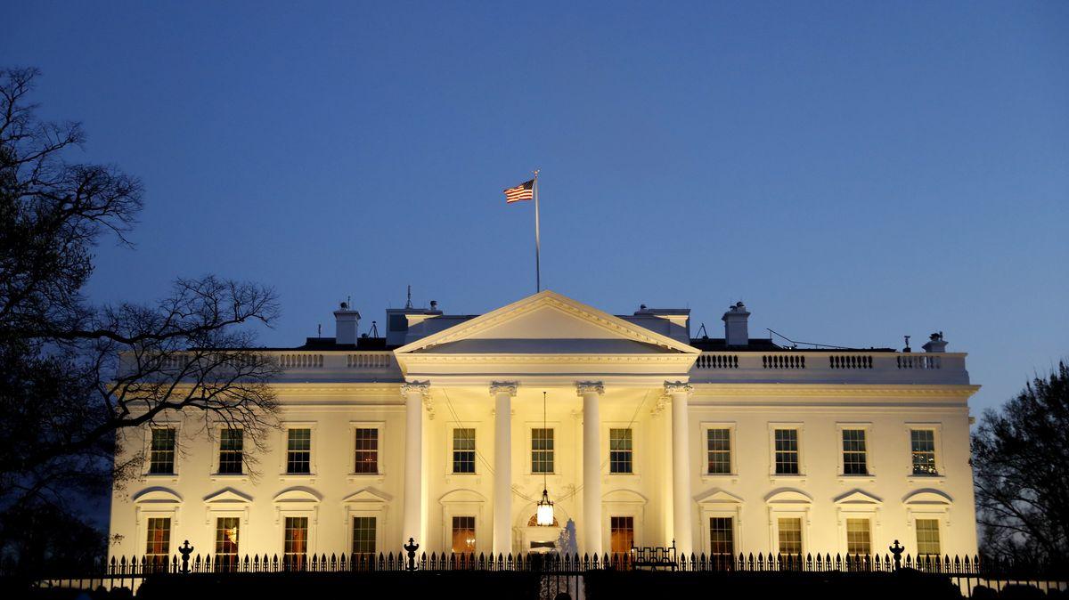 USA, Washington: Die Sonne scheint auf das Weiße Haus während darüber dunkle Wolken schweben.