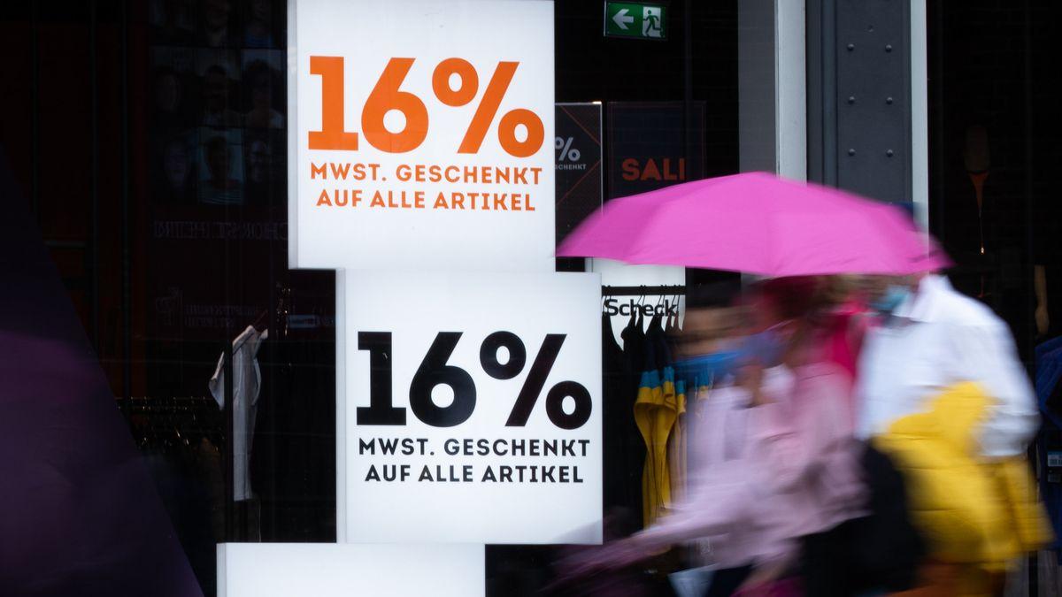 """Schilder mit der Aufschrift """"16% Mehrwertsteuer geschenkt auf alle Artikel"""" in einem Schaufenster"""