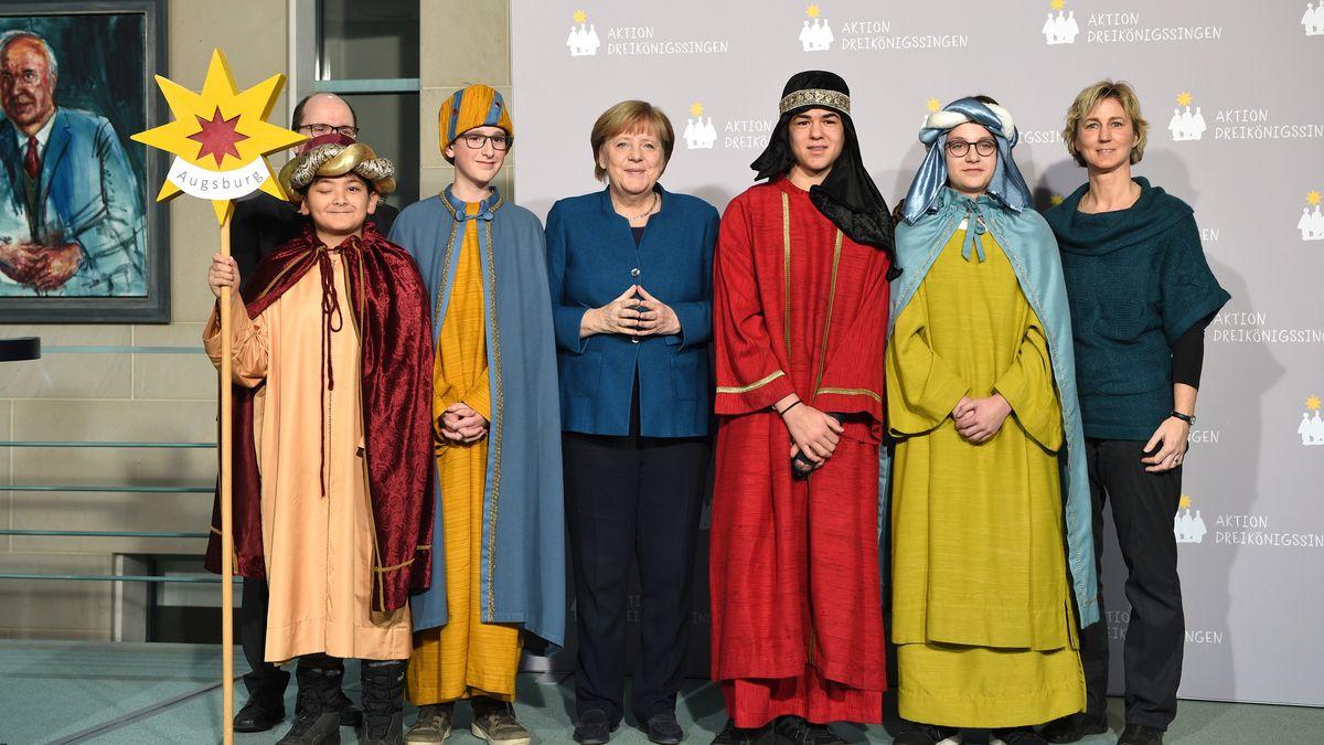 Sternsingergruppe mit Bundeskanzlerin Angela Merkel