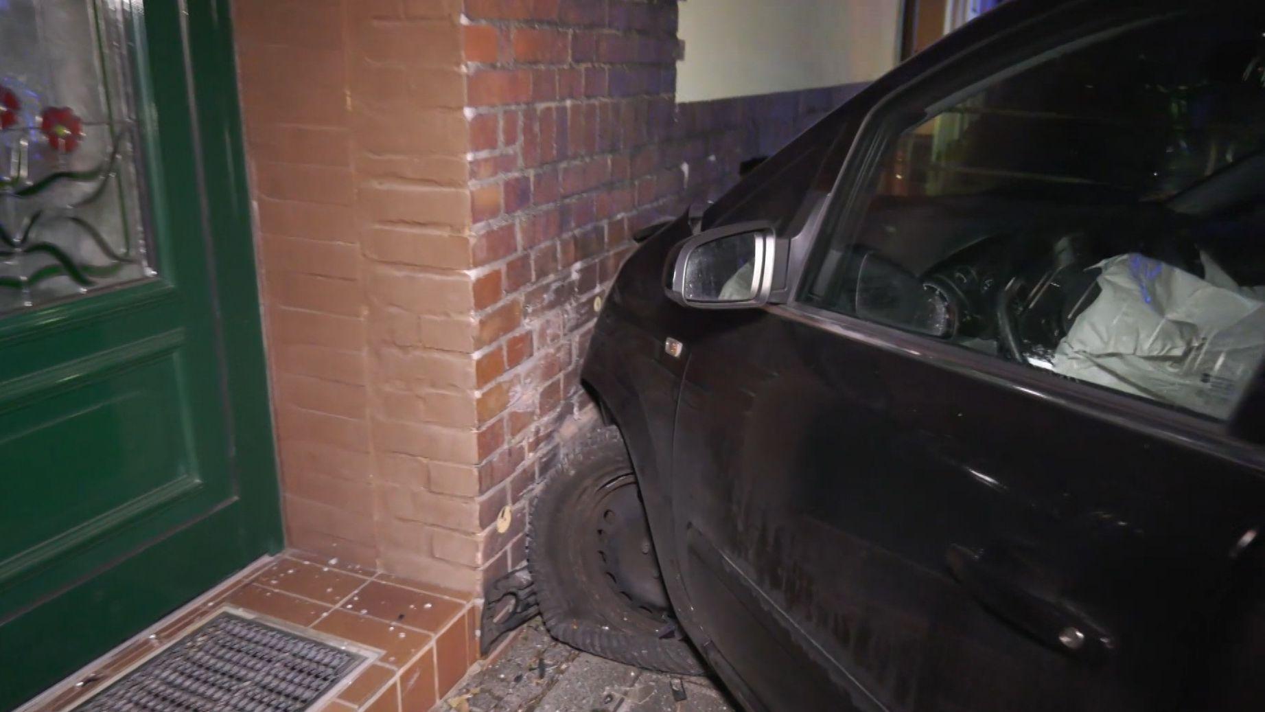 Unfallwagen an Hauswand