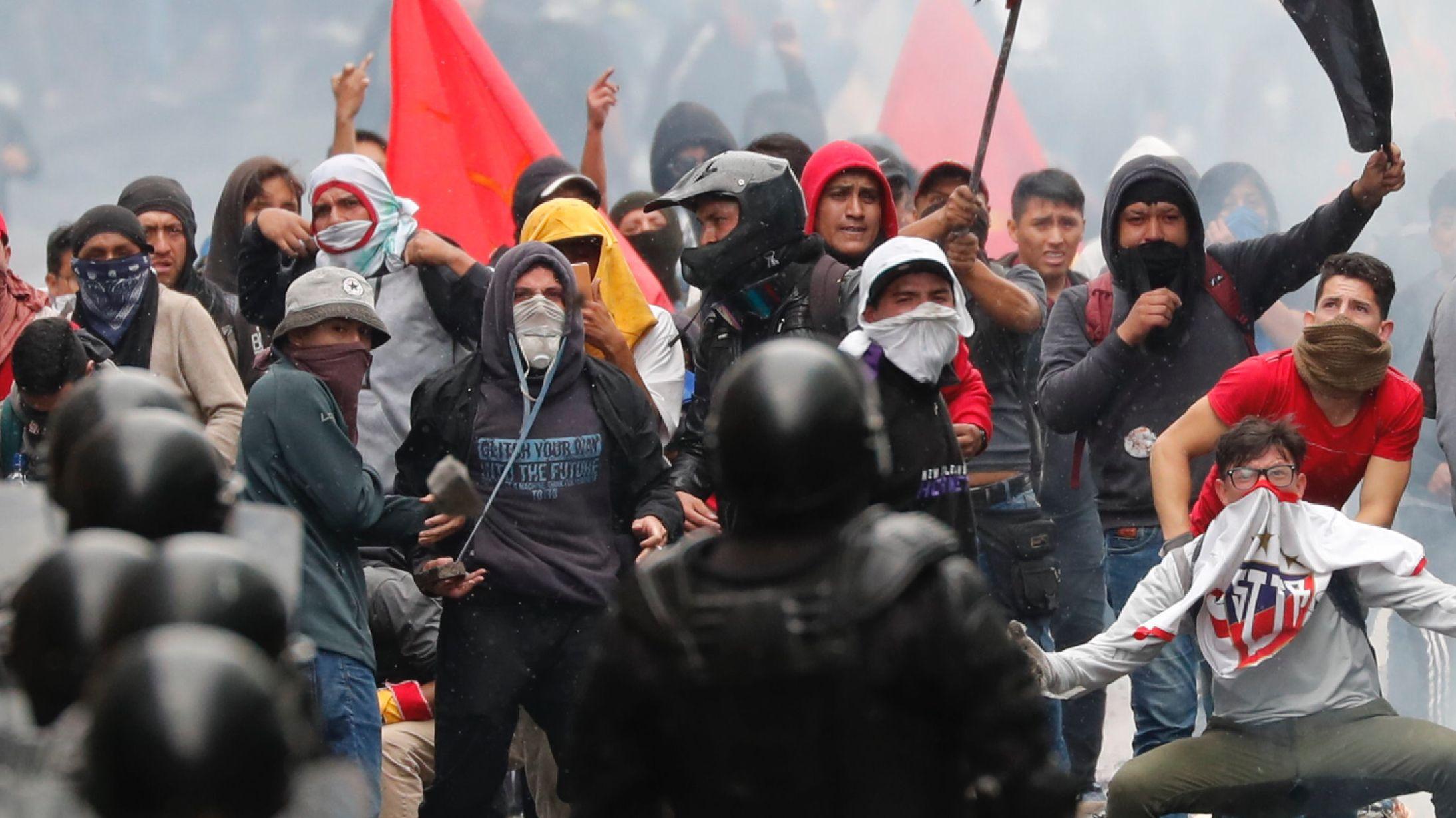 Menschen protestieren in Quito, der Hauptstadt Ecuadors, gegen die Erhöhung der Spritpreise.