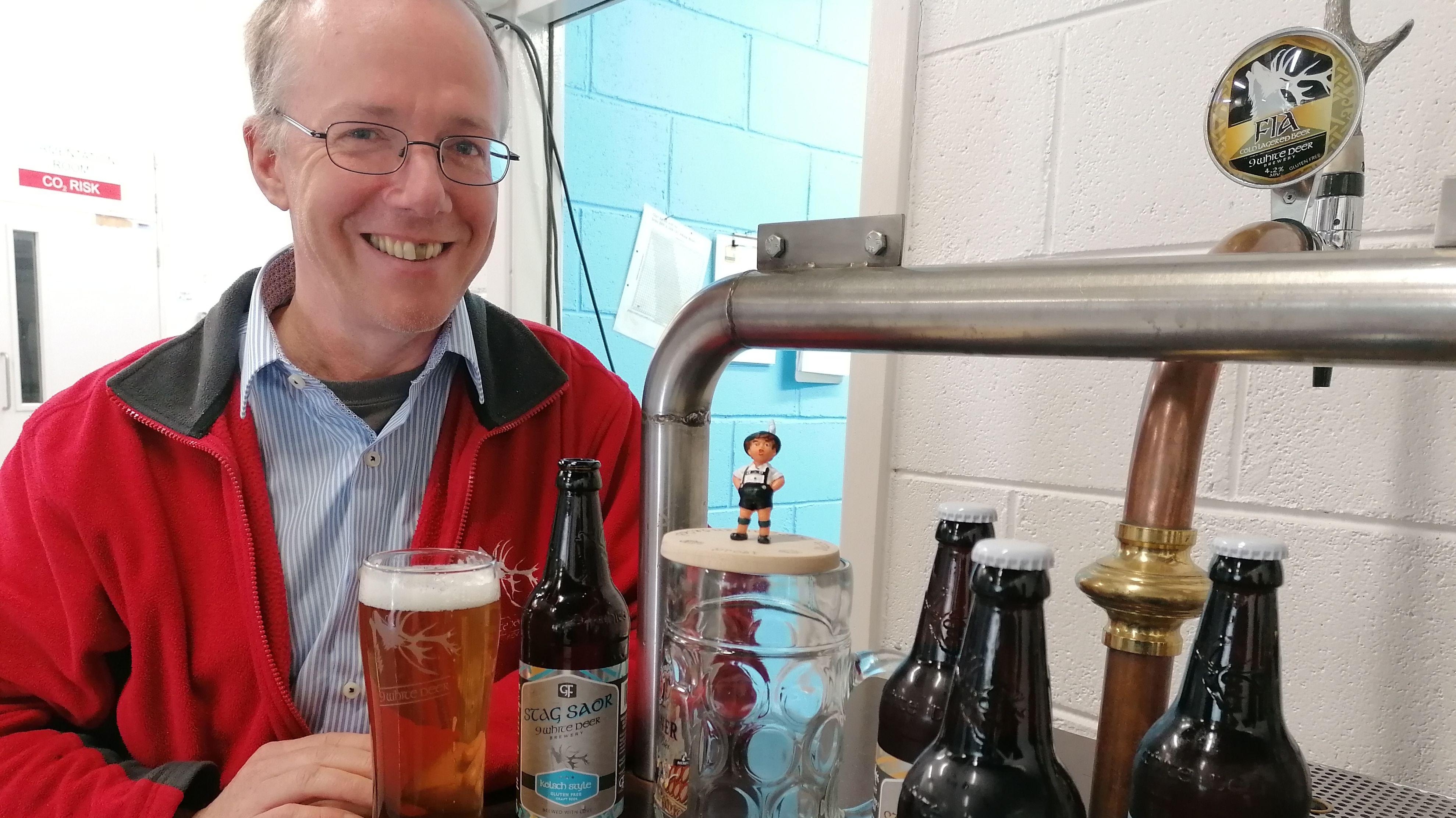 Braumeister mit Bierflaschen, Pint-Glas nach irischer Art und bayerischem Masskrug