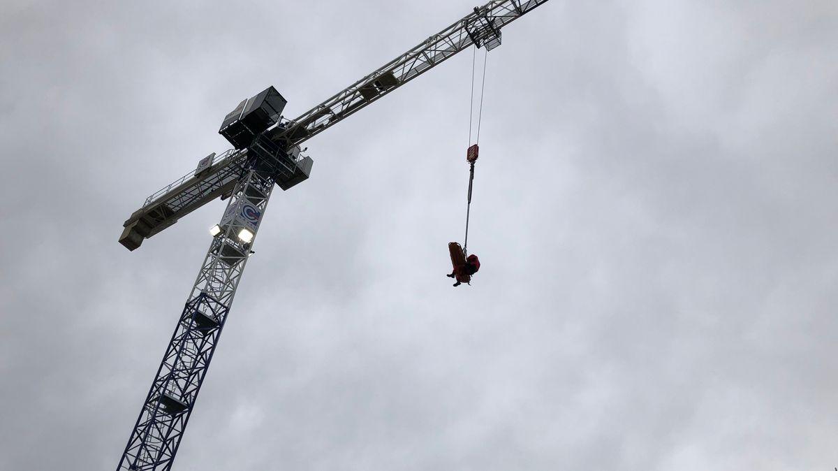 Höhenretter bergen verletzten Bauarbeiter von Baustelle