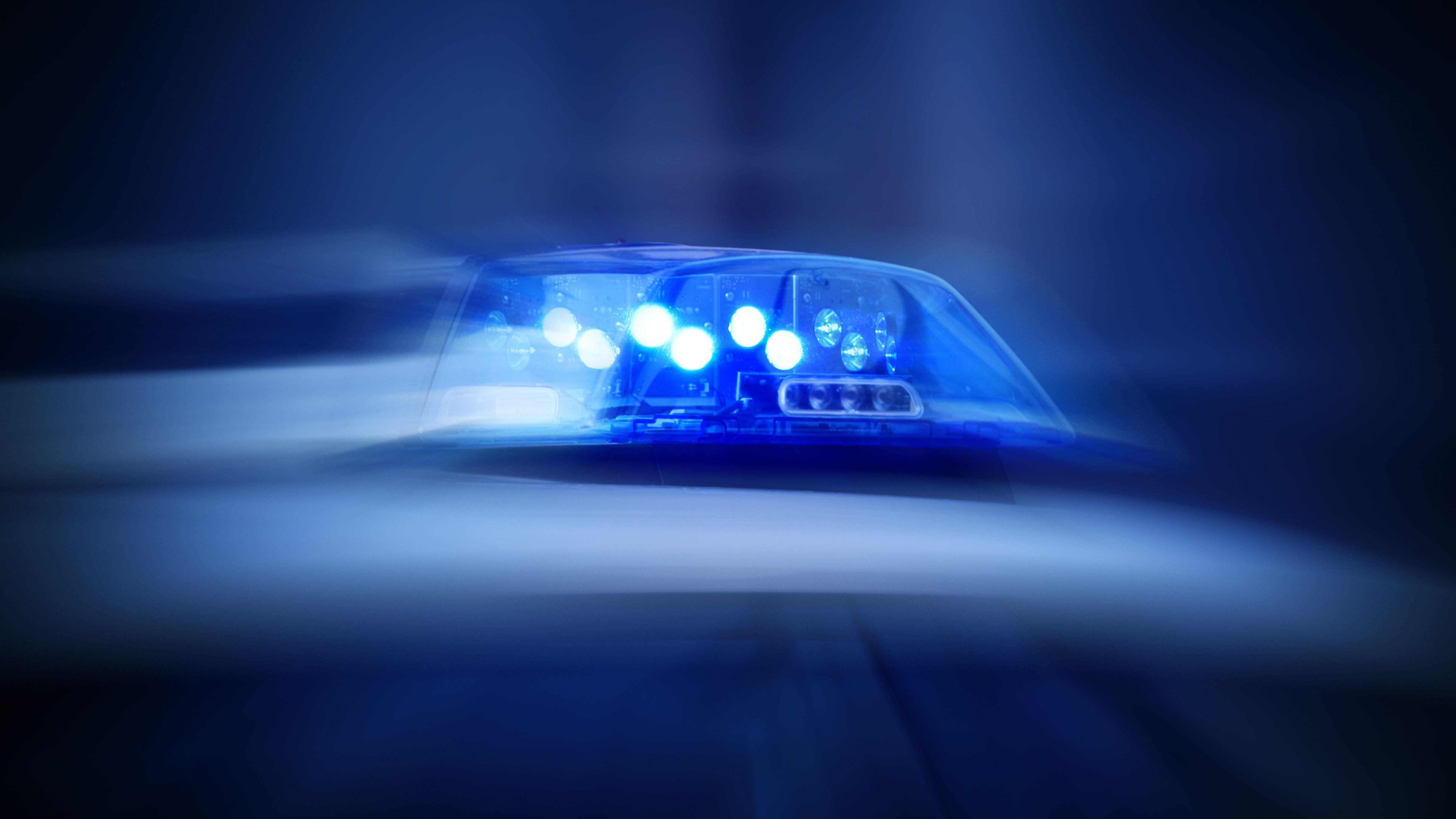 Symbolbild: Blaulicht auf Polizeiwagen