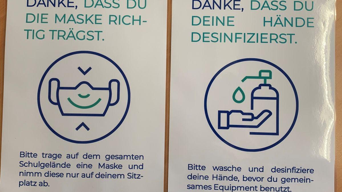 Plakate mit Hygieneregeln hängen überall im Schulhaus. Maske richtig tragen.