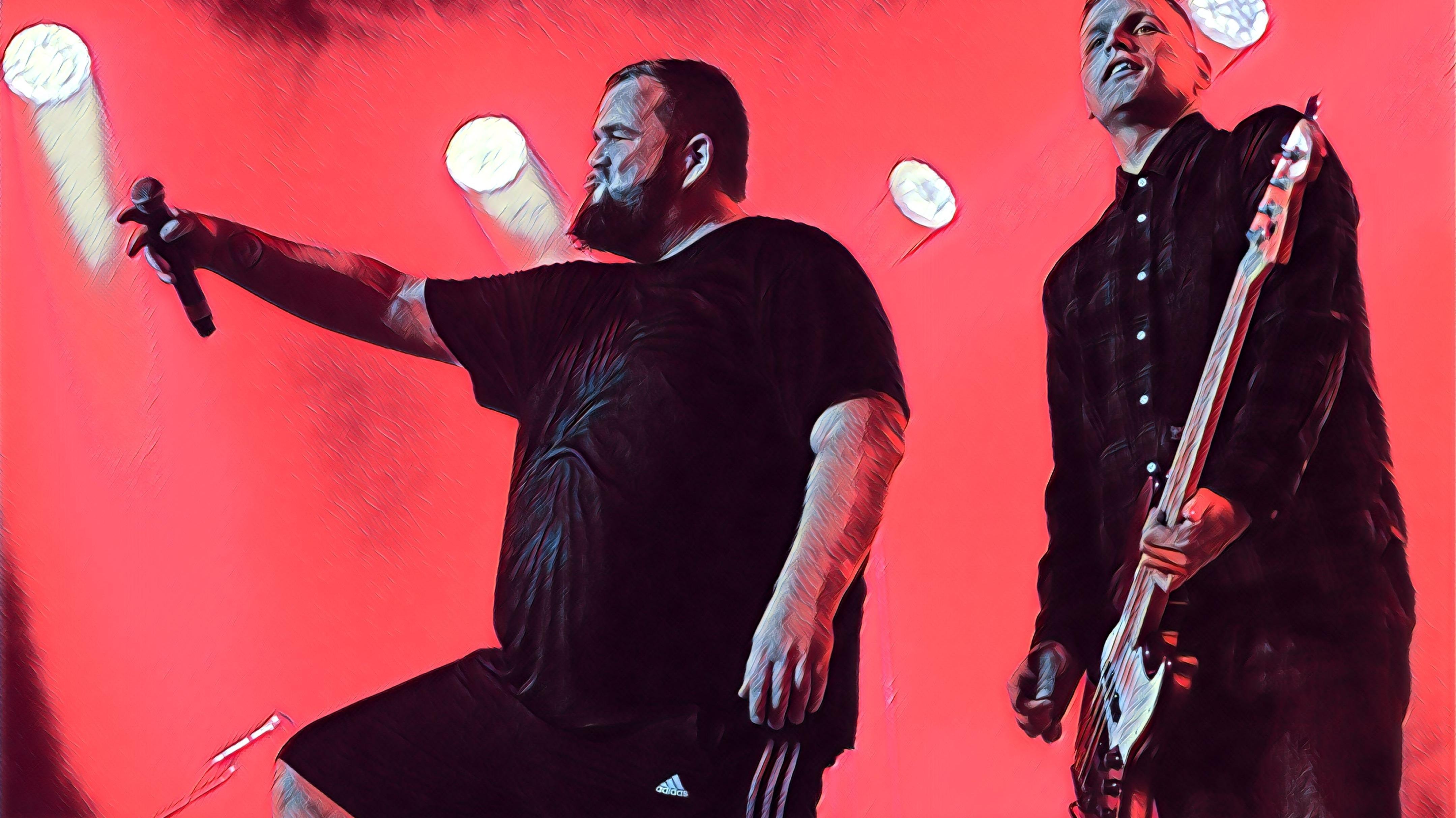 """Die Band Feine Sahne Fischfilet steht in der Alten Brauerei in Dessau auf der Bühne: Links Frontmann Jan """"Monchi"""" Gorkow, rechts deneben Bassist Kai Irrgang."""