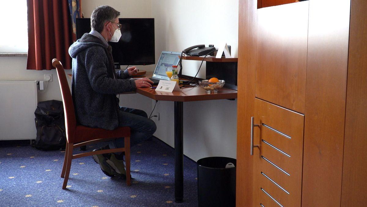 Werkschutzmeister Frank Dederichs an einem Tisch im Allee Parkhotel Maximilian in Amberg.