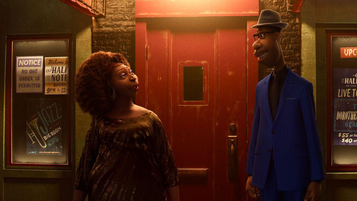 """Szene aus dem neuen Pixar-Film """"Soul"""": Saxophonistin Dorothea Williams und Hauptfigur Joe Gardner stehen vor der roten Holztür des New Yorker Jazzclubs """"The Half Note"""""""