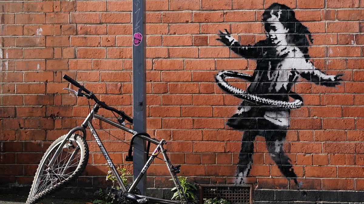 Das neueste Street-Art-Werk des britischen Künstlers Banksy auf einer Backsteinfassade in der Rothesay Avenue zeigt ein Mädchen, das mit einem Hula Hoop Reifen spielt.