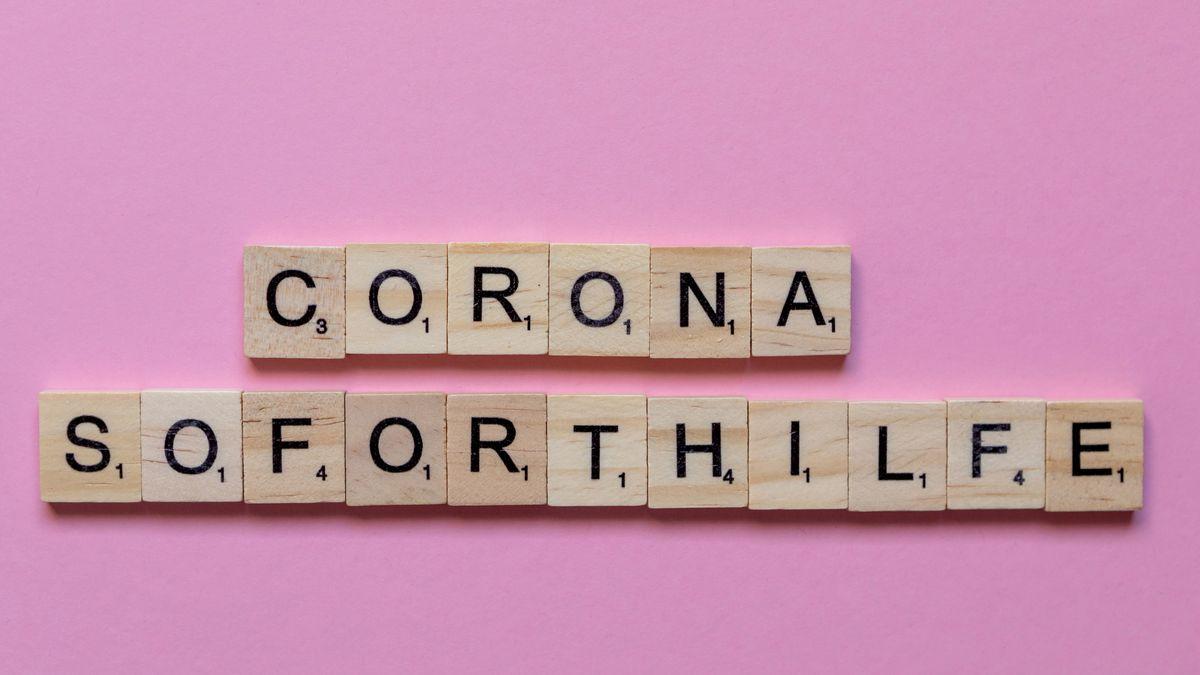 """Symbolbild: Die Wörter """"Corona Soforthilfe"""" gelegt aus Holzplättchen mit Buchstaben."""