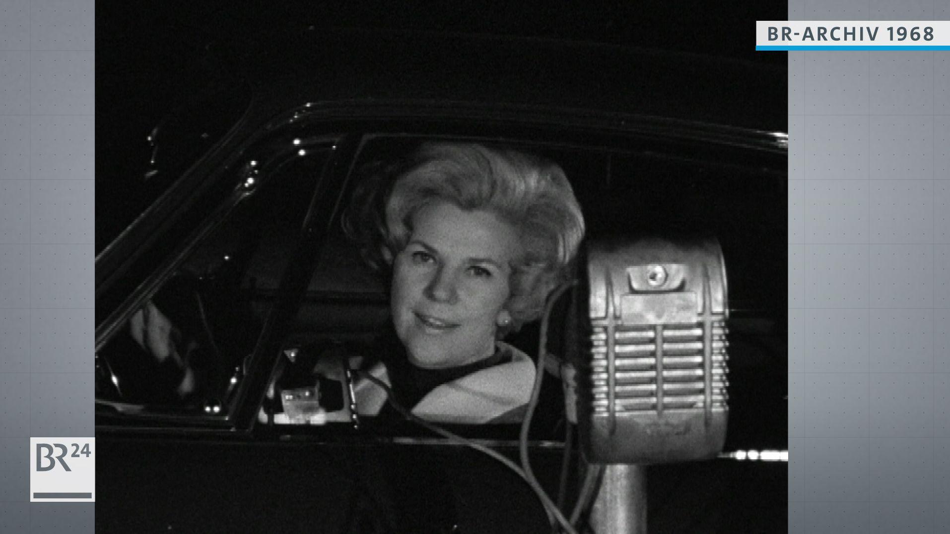 Frau im Autokino
