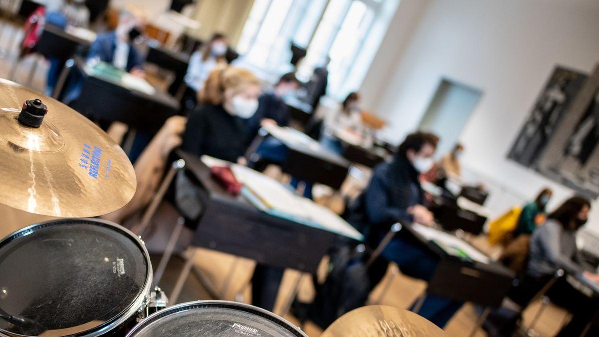 München: Schüler und Schülerinnen nehmen mit Mund-Nasen-Schutz im Unterricht teil (Symbolbild)