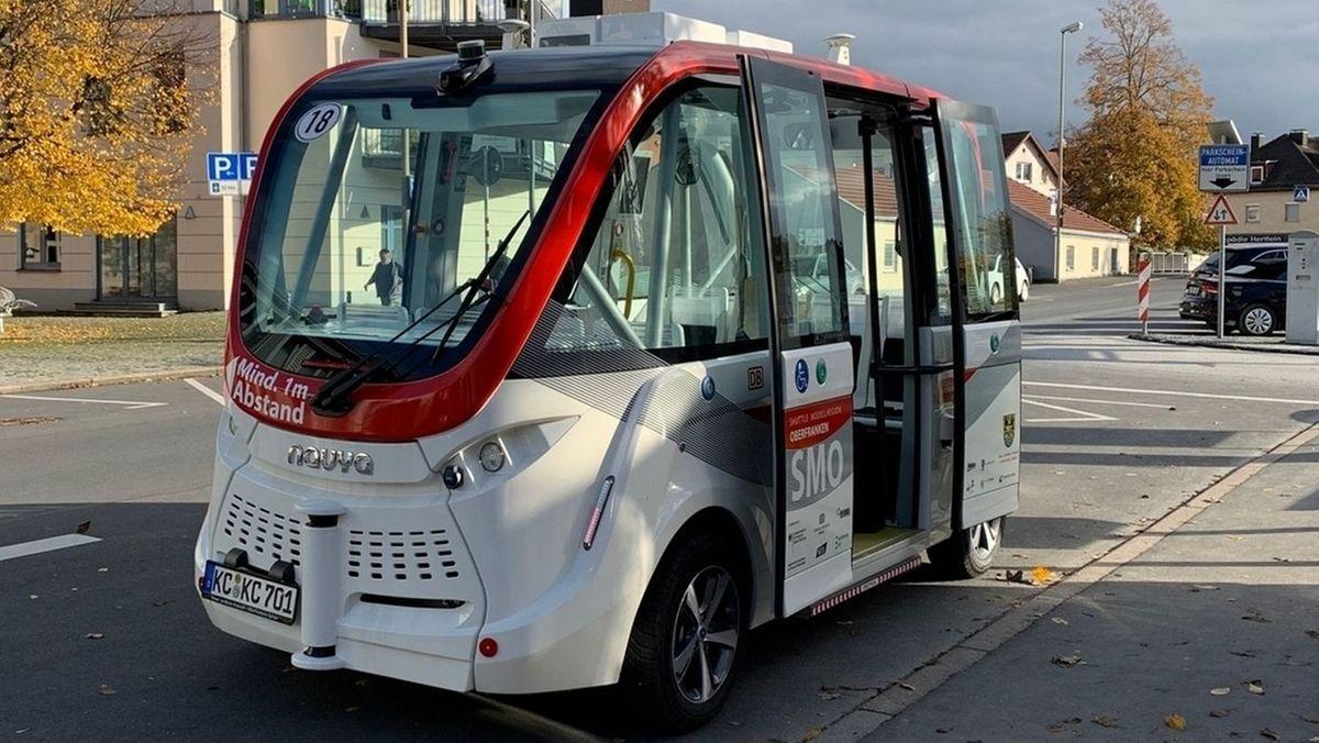 Ein autonom fahrender Shuttlebus wartet in Kronach auf Fahrgäste.