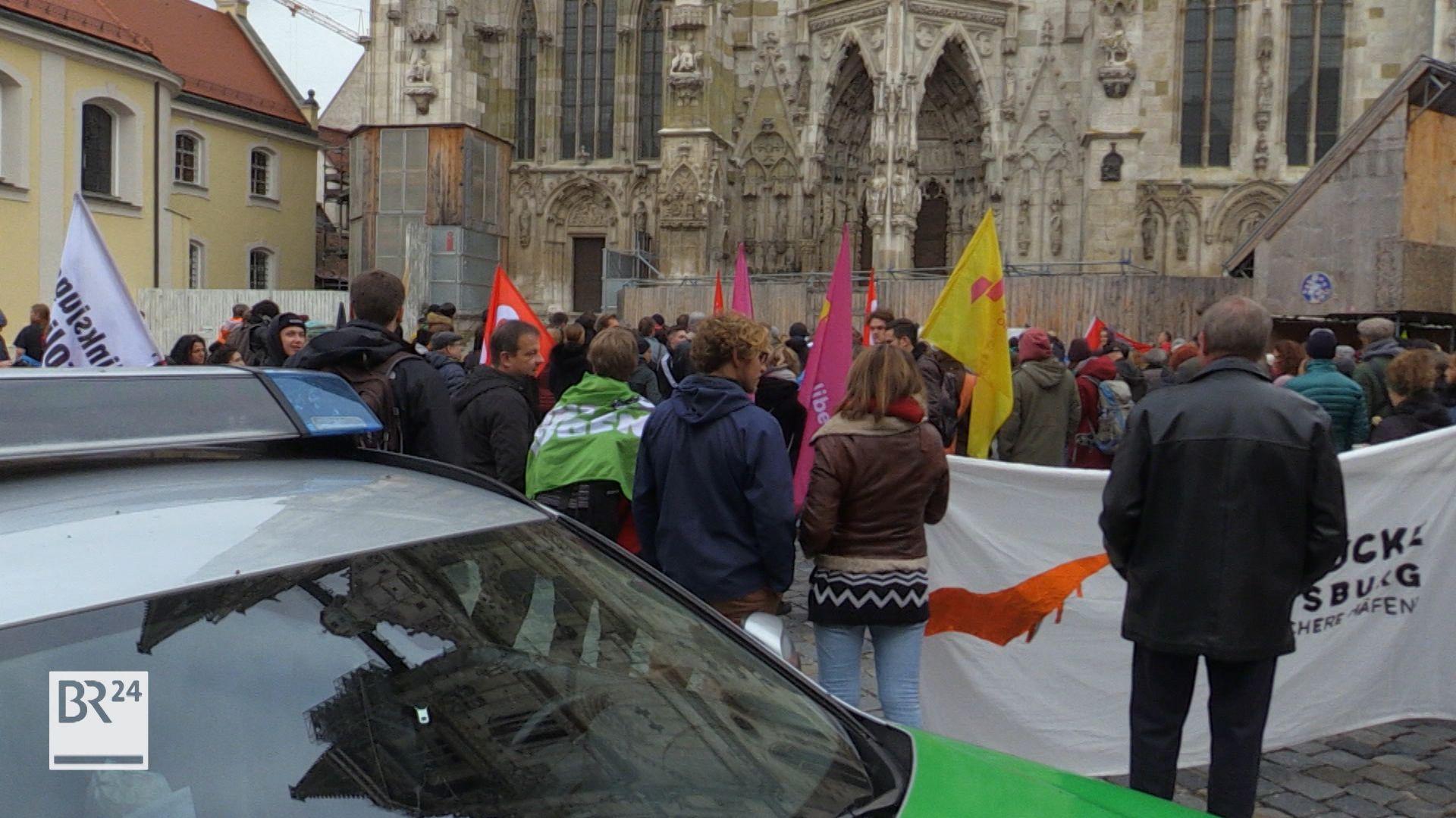 Hunderte Demonstranten versammelten sich vor dem Regensburger Dom.