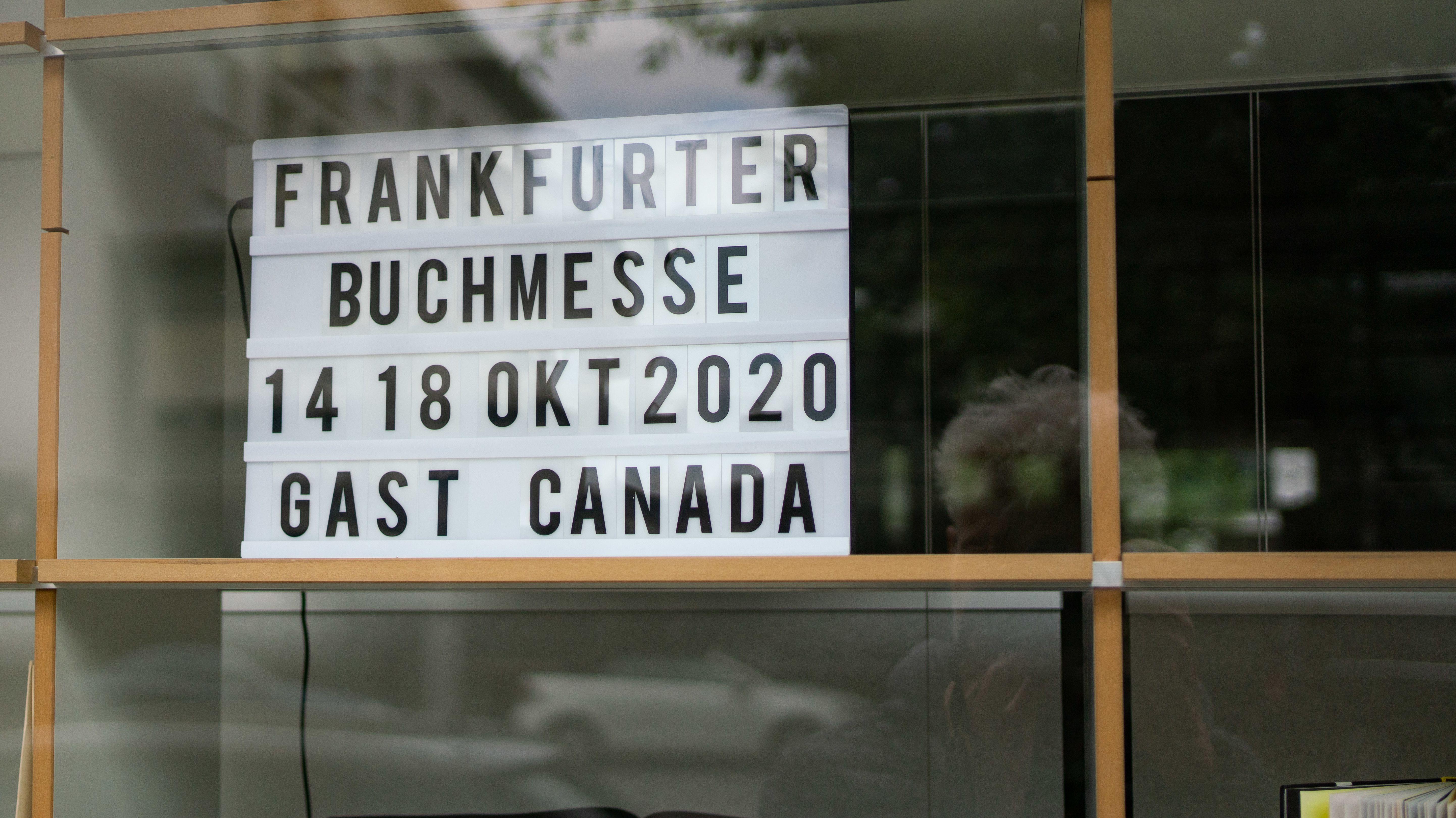 Ein Schild mit dem Termin der diesjährigen Buchmesse steht in einem Fenster im Gebäude des Börsenvereins des Deutschen Buchhandels in der Frankfurter Braubachgasse.