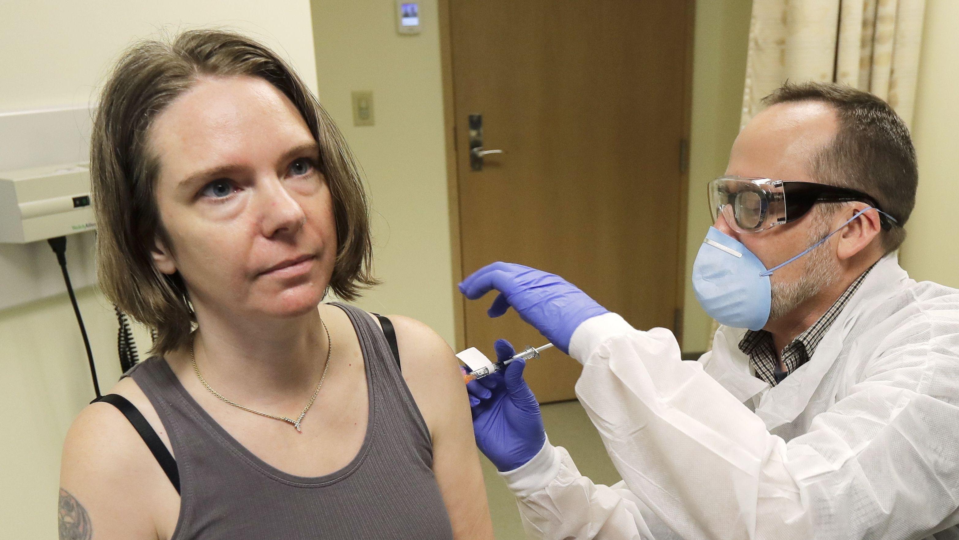 Jennifer Haller (l.) erhält dem Impfstoff
