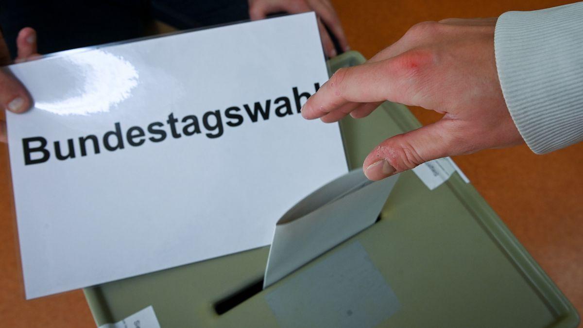 Ein Wahlzettel wird in eine Urne zur Bundestagswahl geworfen (Symbolbild)