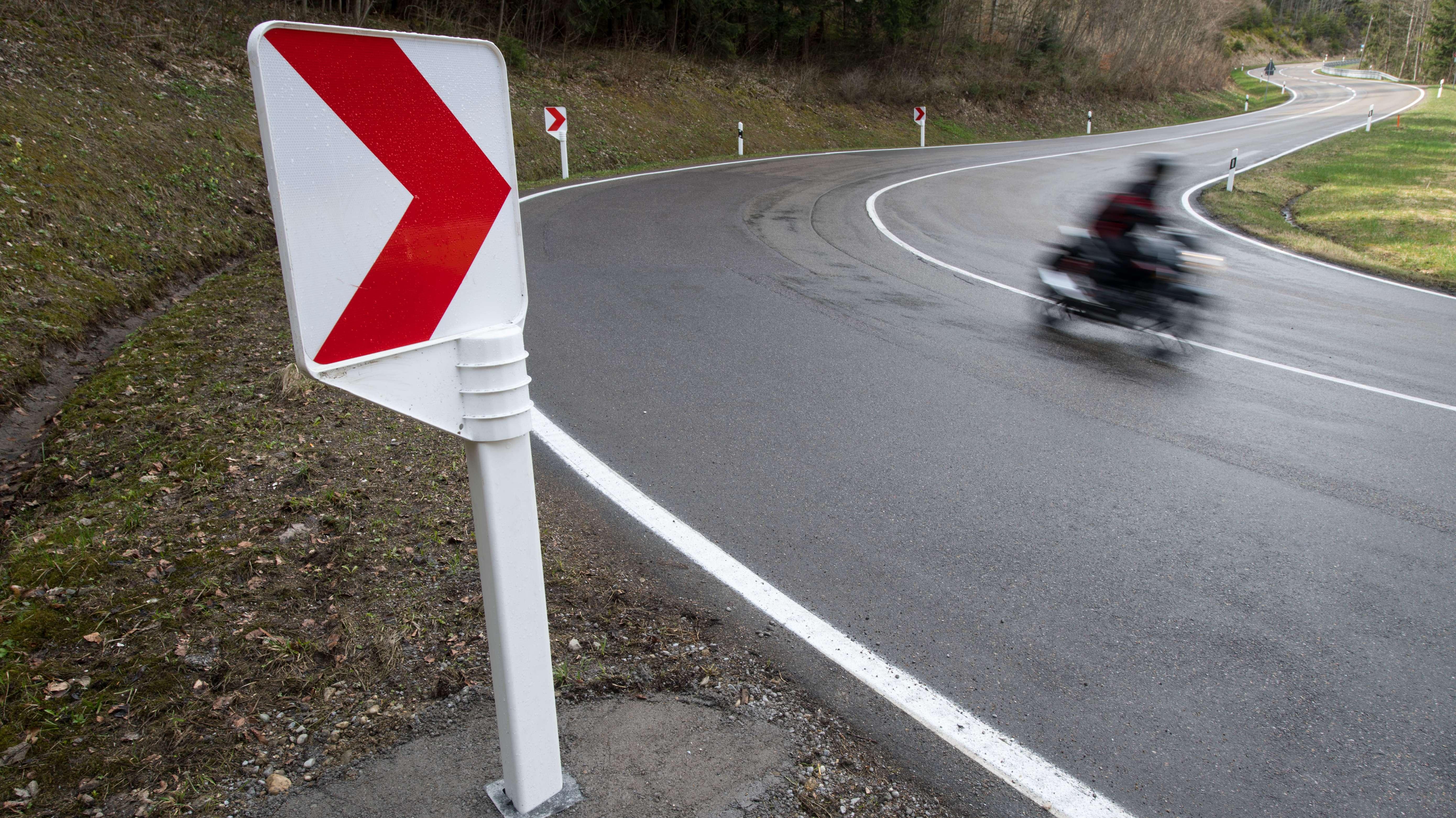 Ein Motorradfahrer fährt bei Balingen in Baden-Württemberg auf der Landstraße 440 an einer Kurvenleittafel aus Kunststoff vorbei,