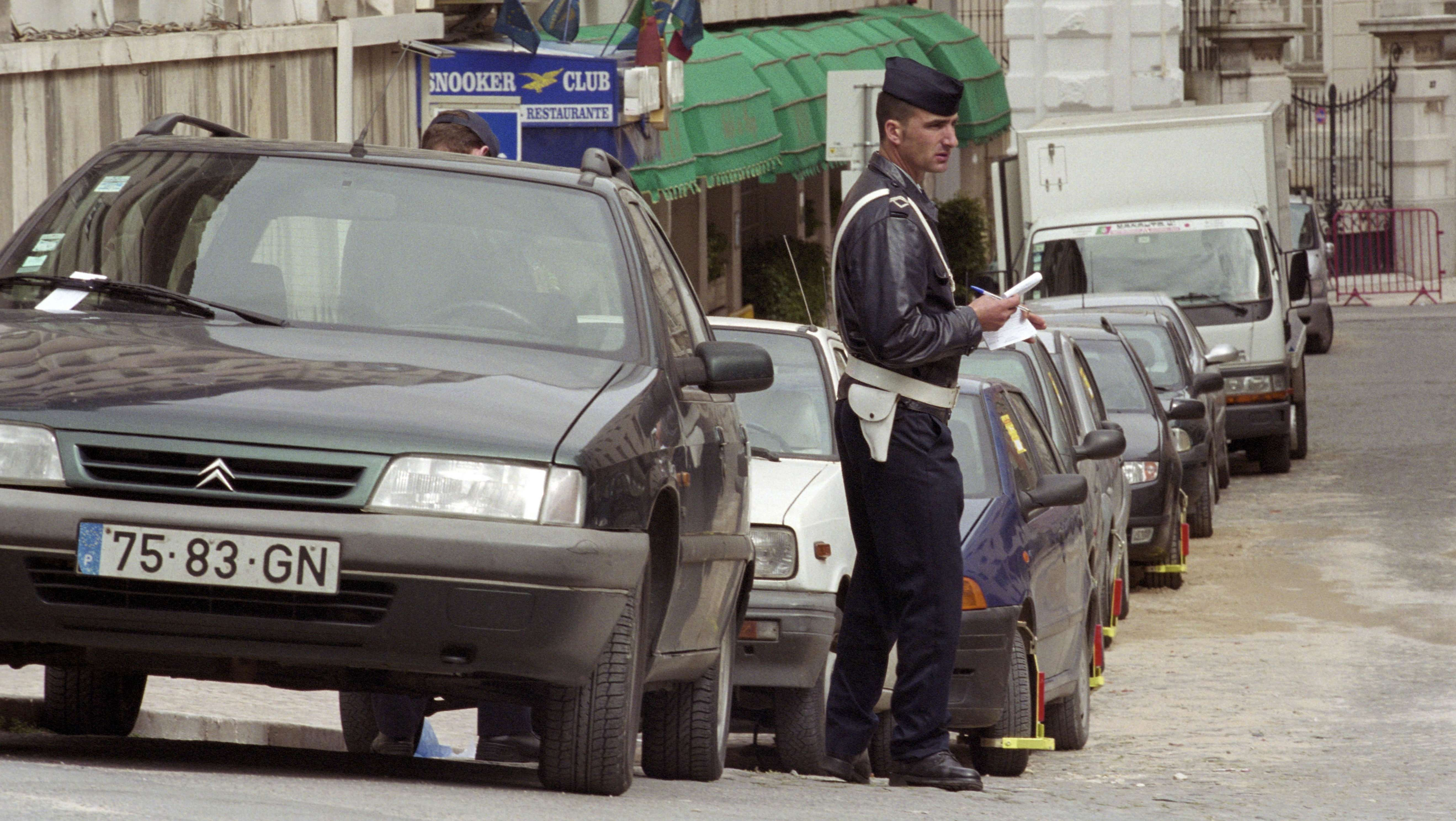 Polizist verteilt Strafzettel in Lissabon