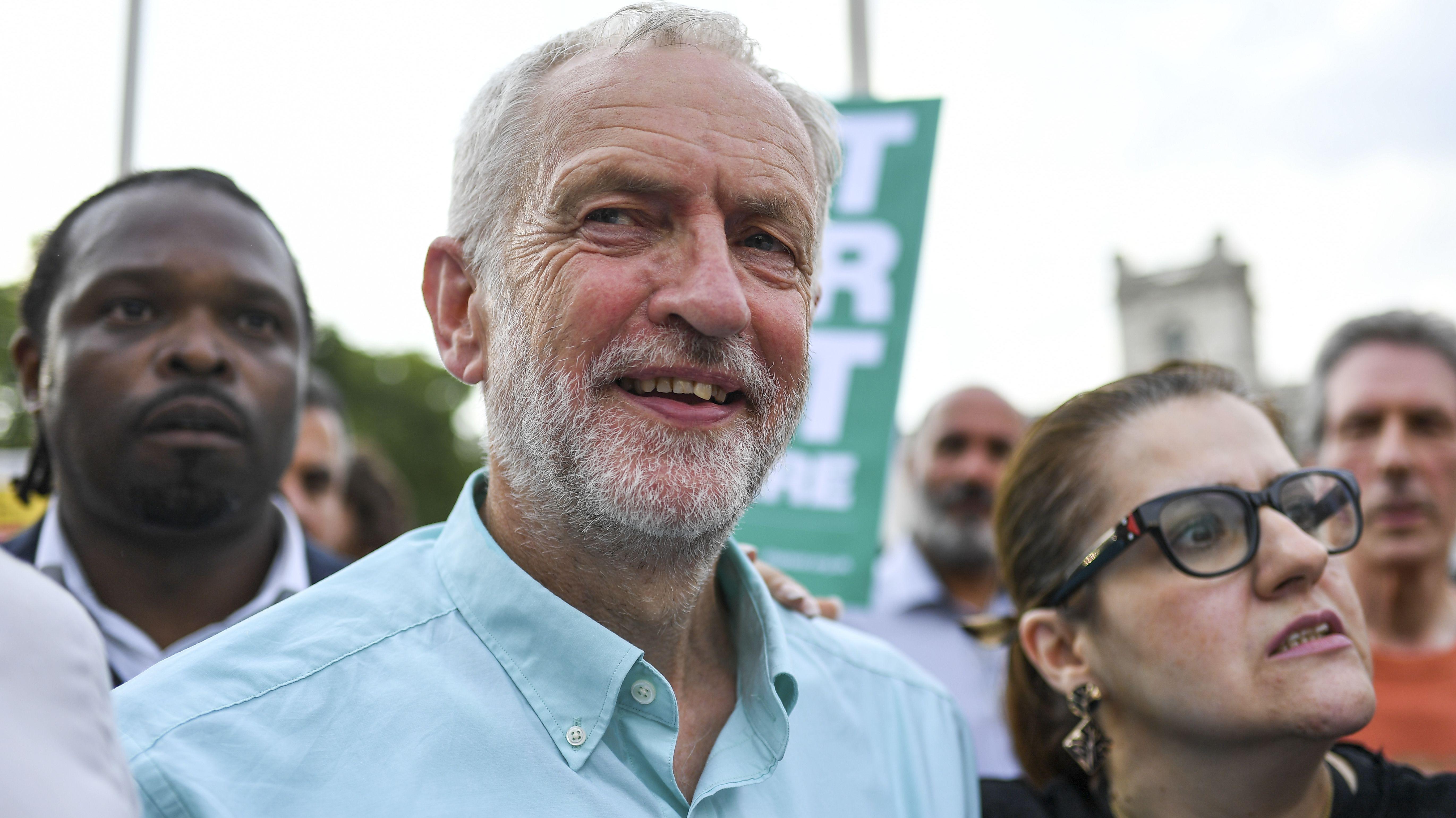 Der Vorsitzende der britischen Labour-Partei, Jeremy Corbyn (Mitte)