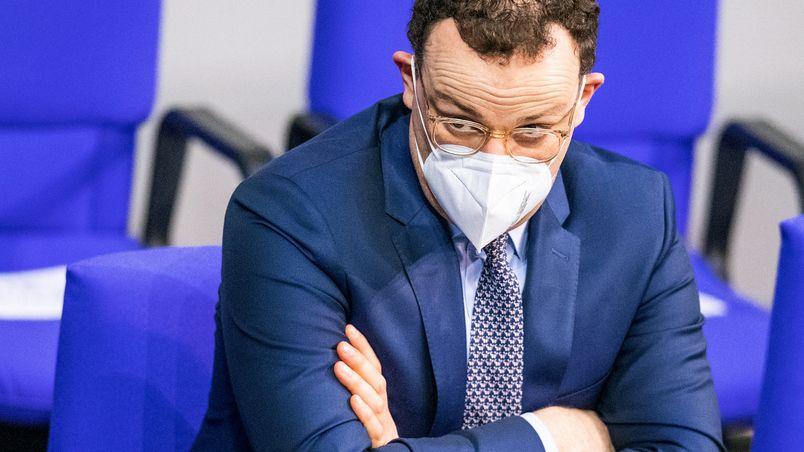 Gesundheitsminiser Jens Spahn (CDU) hört mit Schutzmaske bei einer Sitzung im Deutschen Bundestag zu.