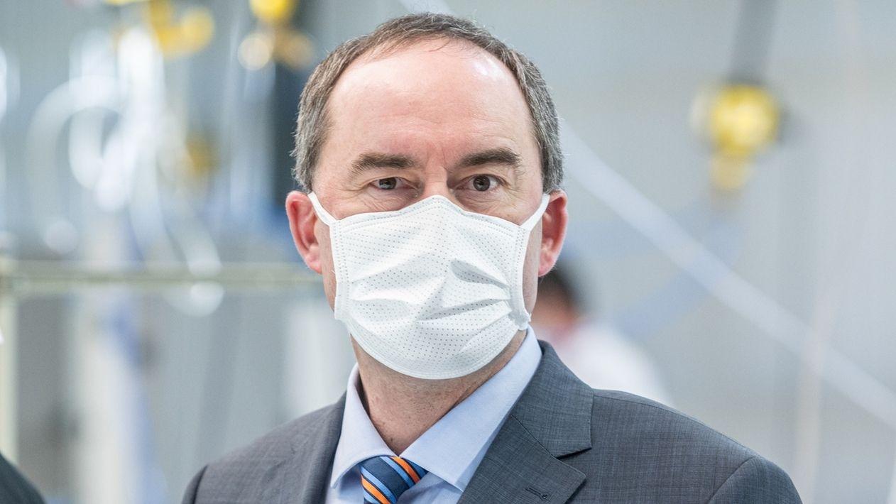 Hubert Aiwanger trägt eine Mund-Nase-Maske.