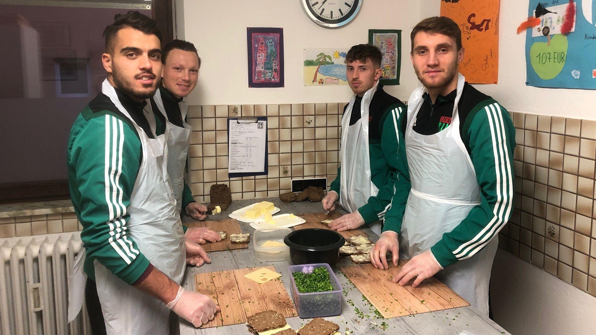 """Fußballer belegen Pausenbrote für """"Schweinfurter Kindertafel"""""""