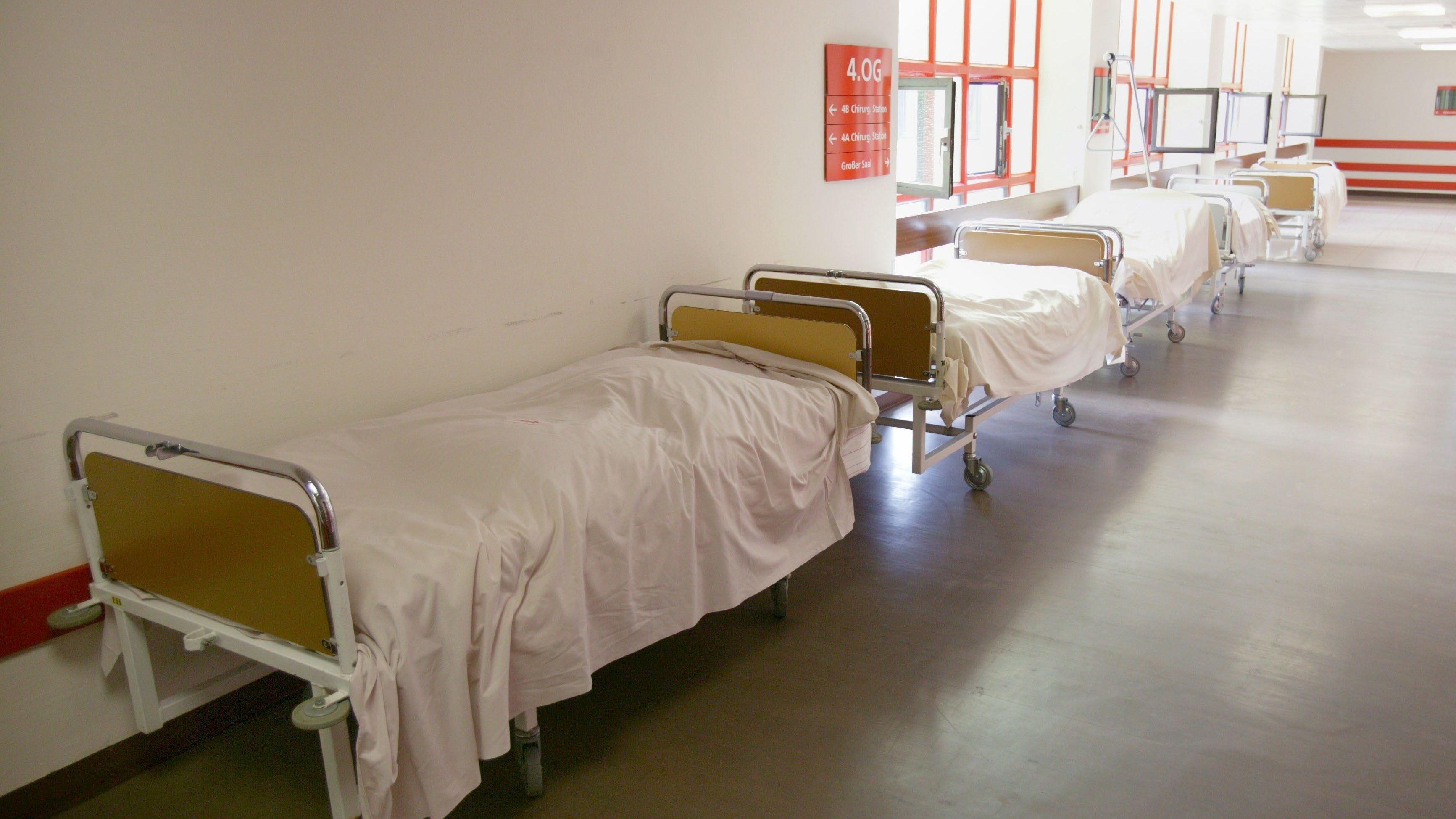 Leere Krankenhausbetten im Flur