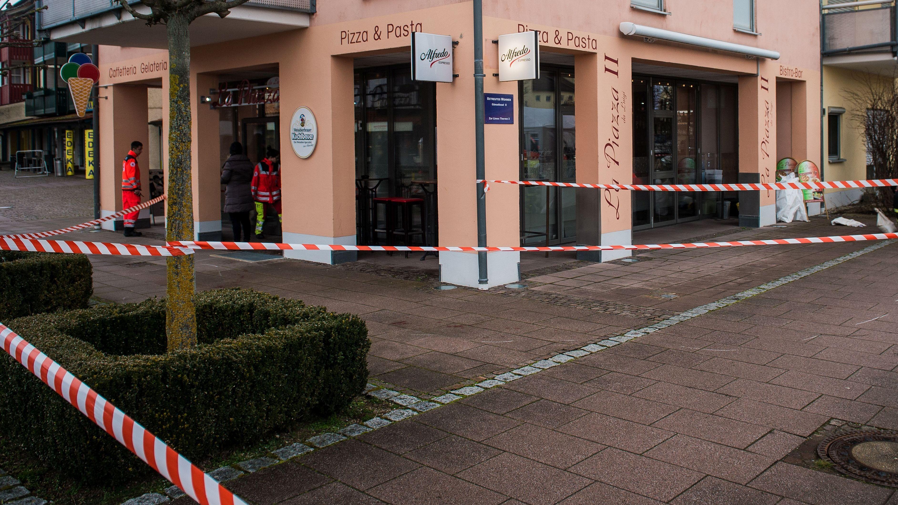 Der abgesperrte Tatort vor der Pizzeria in Bad Gögging