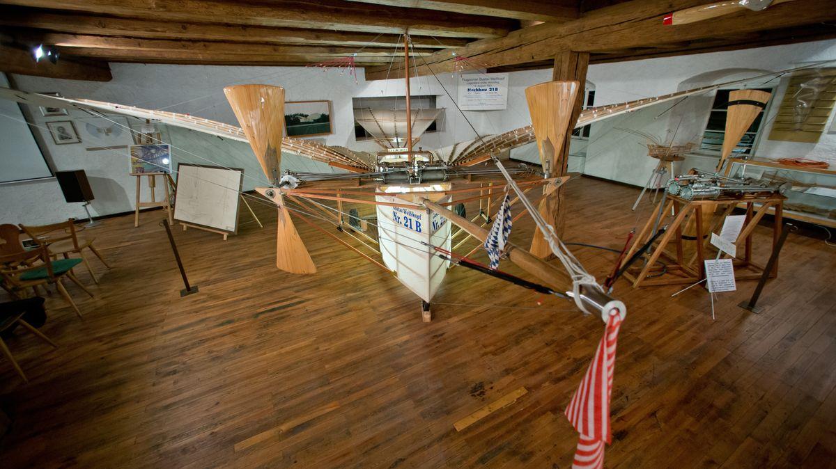 """Der Nachbau der Flugmaschine """"Nr. 21"""" des Flugpioniers Gustav Weißkopf steht  im """"Deutschen Flugpioniermuseum Gustav-Weißkopf"""" in Leutershausen"""