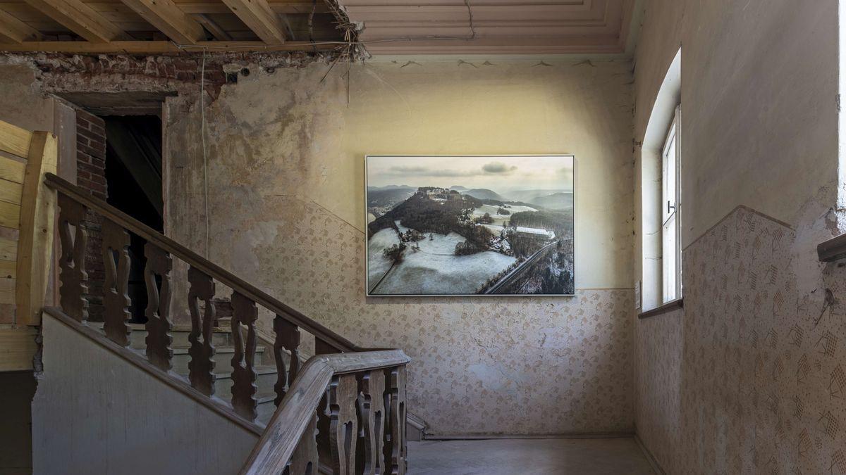 """Seine Bilder von den """"unsichtbaren Lagern"""" sind jetzt in der KZ-Gedenkstätte Flossenbürg zu sehen."""