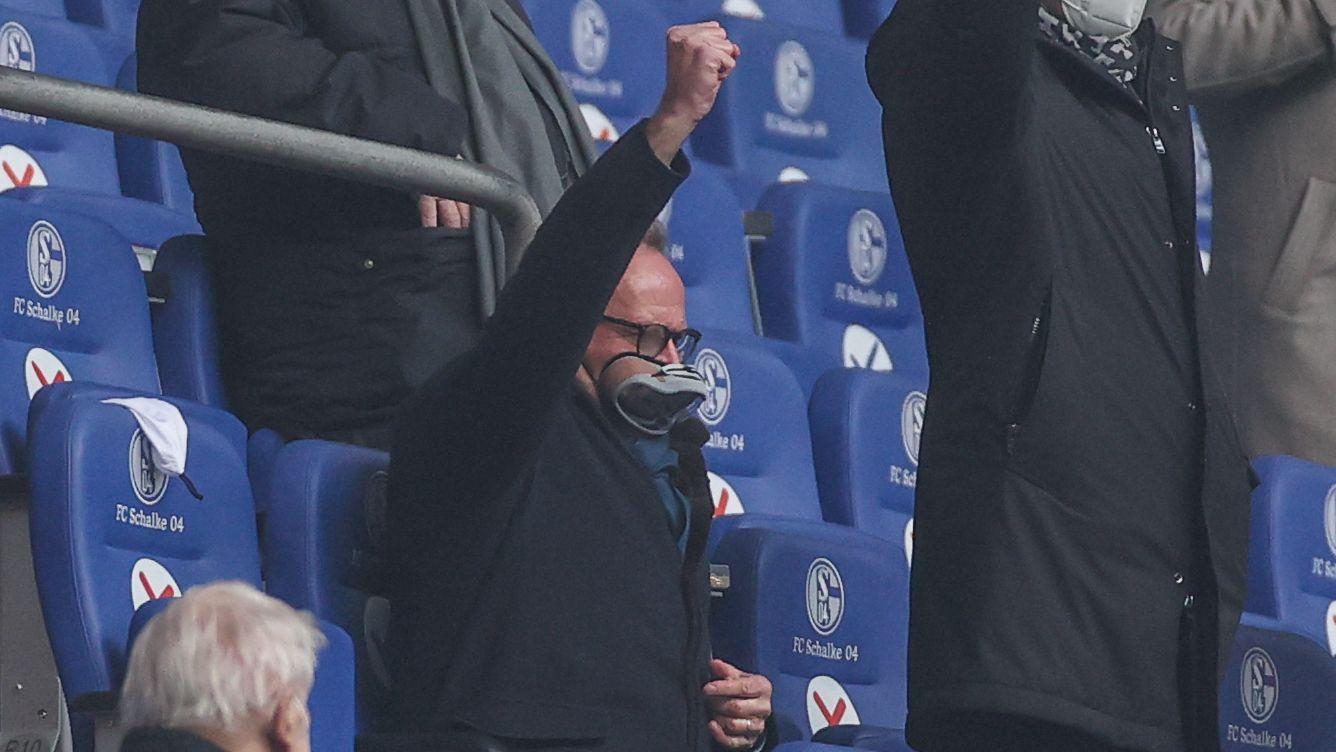 Karl-Heinz Rummenigge trägt eine Klarsichtmaske, die einer Taucherbrille ähnelt.