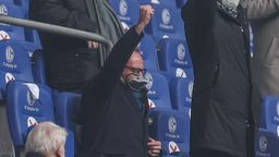 Karl-Heinz Rummenigge trägt eine Klarsichtmaske, die einer Taucherbrille ähnelt. | Bild:picture alliance / Tim Rehbein/RHR-FOTO/Pool | Tim Rehbein/RHR-FOTO/Pool