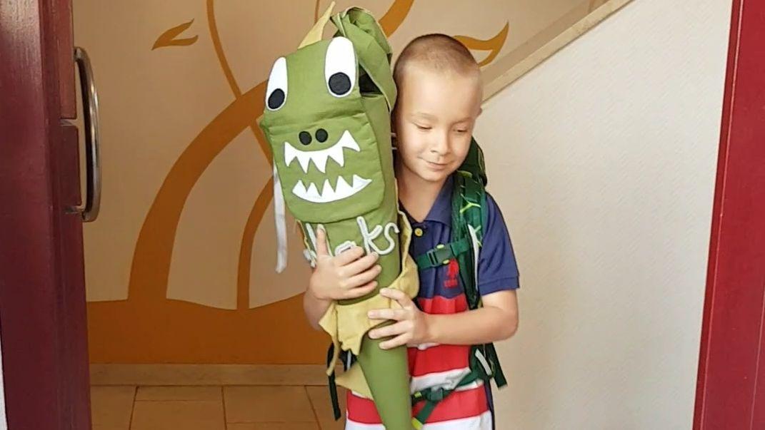 Maks bei seiner Einschulung mit Schultüte