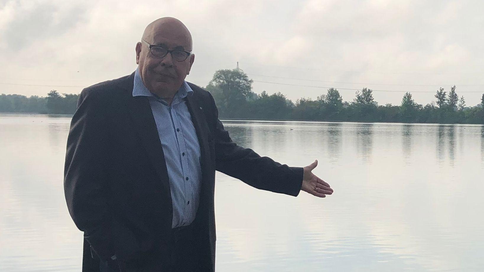 Johannes Strasser im Sommer 2020 - er steht vor einem See