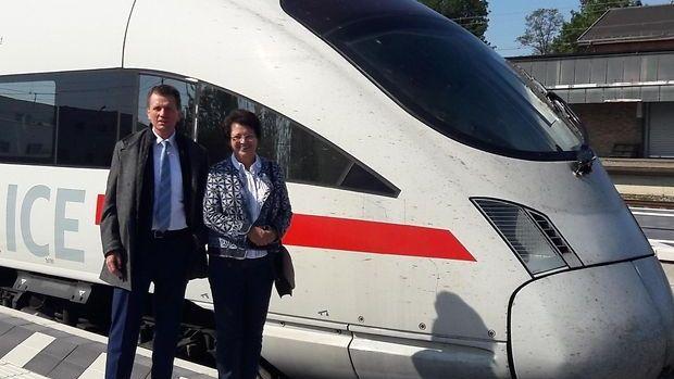 Straubing ist ab jetzt ICE-Halt: Maria Stelzl, 2. Bürgermeisterin von Straubing und Klaus-Dieter Josel von der DB in Bayern