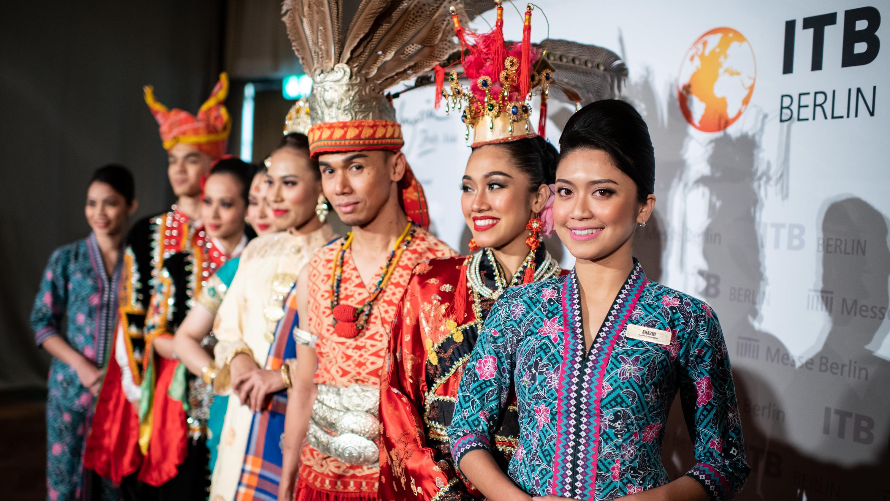 Eine traditionell gekleidete Gruppe aus Malaysia auf der Eröffnungspressekonferenz